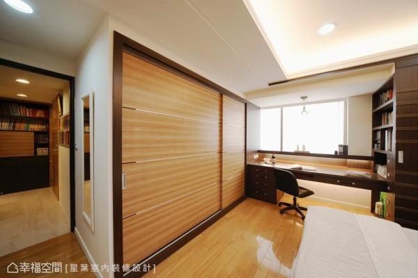 将大容量的收纳配置规划在床尾一侧,让空间视野更显利落简洁。