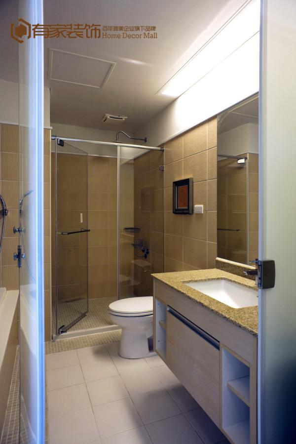 卫生间做了合理的干湿分区,保持其干燥清洁。除了淋浴区、洗手台、座便区,浴间没有一件多余装饰,简练的风格提高了空间使用率,玻璃隔断和镜面的运用放大了视觉空间,在家中也能享受到高品质的生活体验。