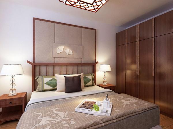 卧室的床头背景墙是用硬包以红桃木圈边来组成的。中式风格虽然在设计中不拘一格,运用多种体例,但设计中仍然是匠心独具,深入推敲形体、色彩、材质等方面的总体构图和视觉效果。