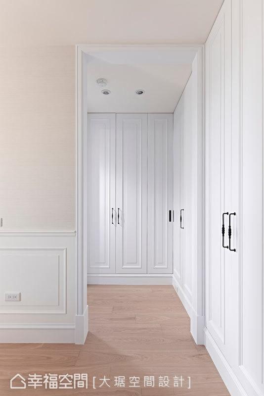 采取二进式的格局规划,在回避直视厕所的同时,创造出独立的更衣室空间。