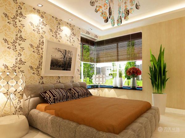 卧室的整体色调比客餐厅要温馨些,软软的床垫加上绿植,不乏温馨时尚。整个空间功能分布合理,给人营造了一种温馨时尚的家居生活。