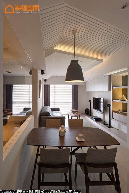 公共空间不做明显的界定,而是经由天花板的设计,让场域之别自然显现。