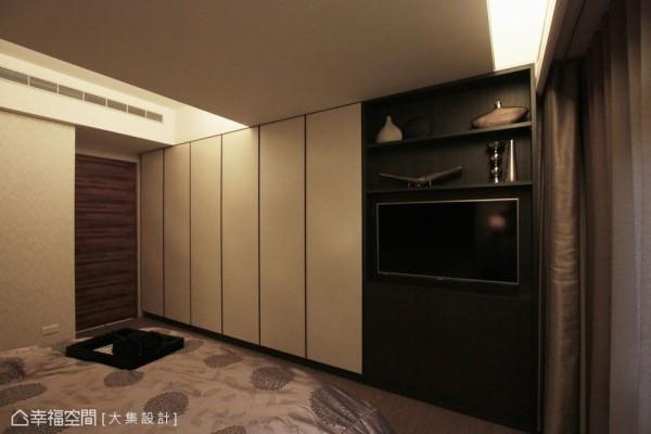 以储藏机能填补建商原有的凹槽,并透过多动向电视悬吊架的使用巧思,不牺牲收纳,也能有舒适的影音享受。