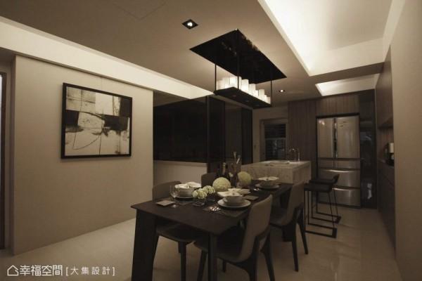 格局调整后,放大原本稍嫌拥挤的厨房,并局部搭配茶色玻璃,让视觉得以延伸。而在厨房入口也细心加以拉门,化解中式料理习惯常有的油烟问题。