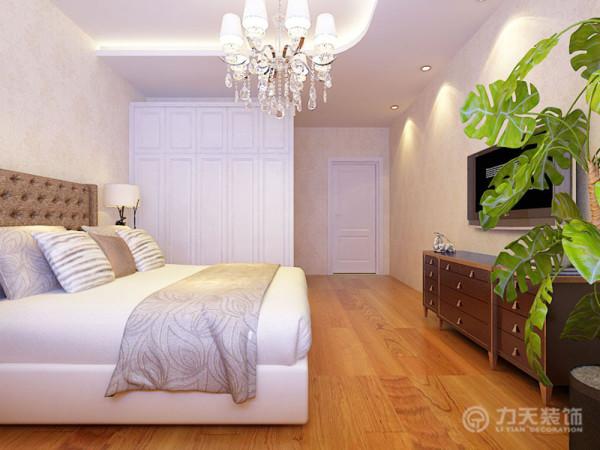 卧室主要以温馨的气氛为主,主色调为深咖啡色以及浅橙黄色,家具位置为正常摆放,吊顶采用了圆弧型的造型设计,使得视觉看上去更加舒适