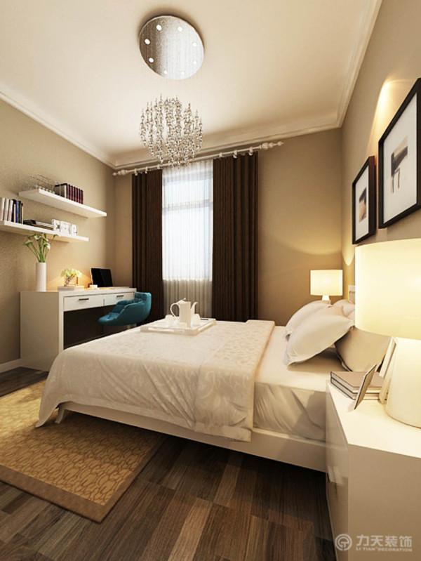 次卧室,墙面都粉刷了浅棕色,有一个写字台的位置,有两圈石膏线,没有特别的造型