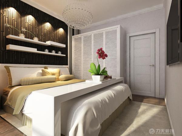 主卧室稍微有些造型,床头背景墙有一个造型板的装饰,然后下面贴了壁纸,造型的上面放了两行置物架,可以放些摆设加以装饰,卧室的其余墙面都粉刷了淡紫色