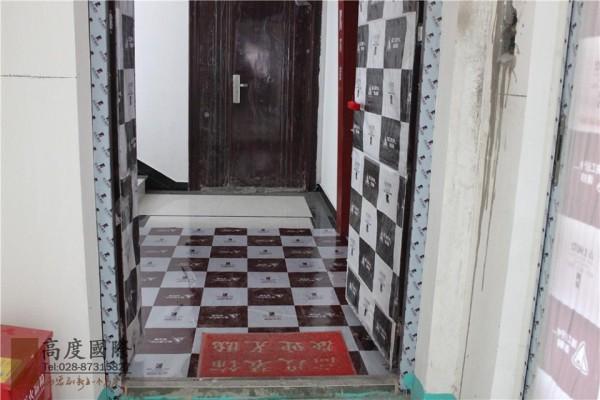 这是我们门口的一个保护,包括电梯间门口,我们也会做保护的,因为后期咱们施工难免有些磕磕碰碰的