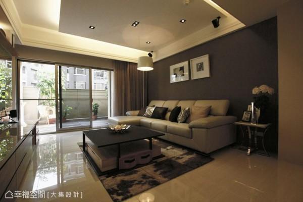 对应着石材电视墙,沙发背墙以进口壁纸及气氛灯,妆点出适当的品味和温馨感。