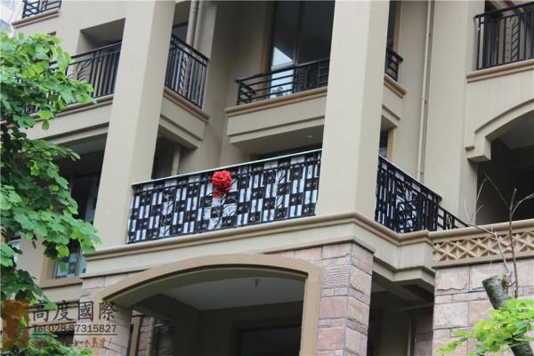这个就是我们高度国际的工地,整个窗户都用我们公司专用的保护纸保护起来了,还有大红花,好喜庆哦。业主家一定会红红火火的