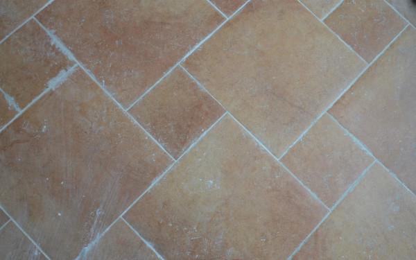 厨房地面的瓷砖贴的很仔细,