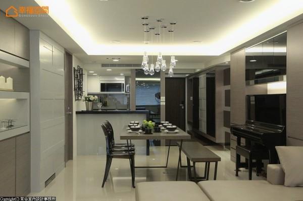 常谷设计采暗门手法将客卫浴隐藏其中,形塑齐整放大的空间感。