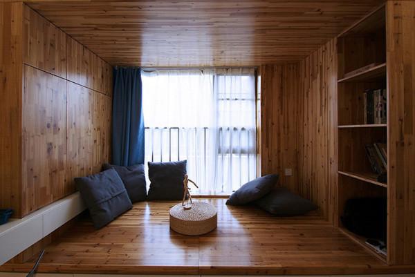 全木质的书房,没有一张椅子或是沙发,而是以大大的抱枕代替,可以随意的以最舒服的姿势翻阅自己喜欢的杂志和书籍。
