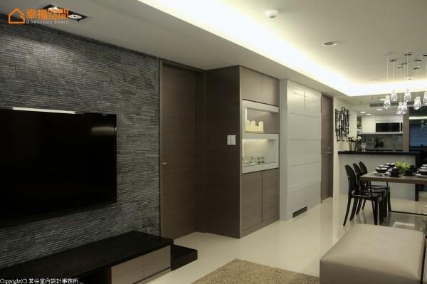 水刀切割花岗岩电视墙,同时满足现代时尚与简约大器的设计期待。