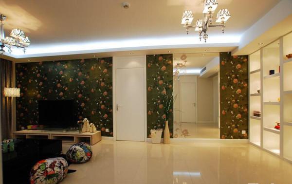 深色壁纸搭配浅色装饰营造属于你的专属空间。