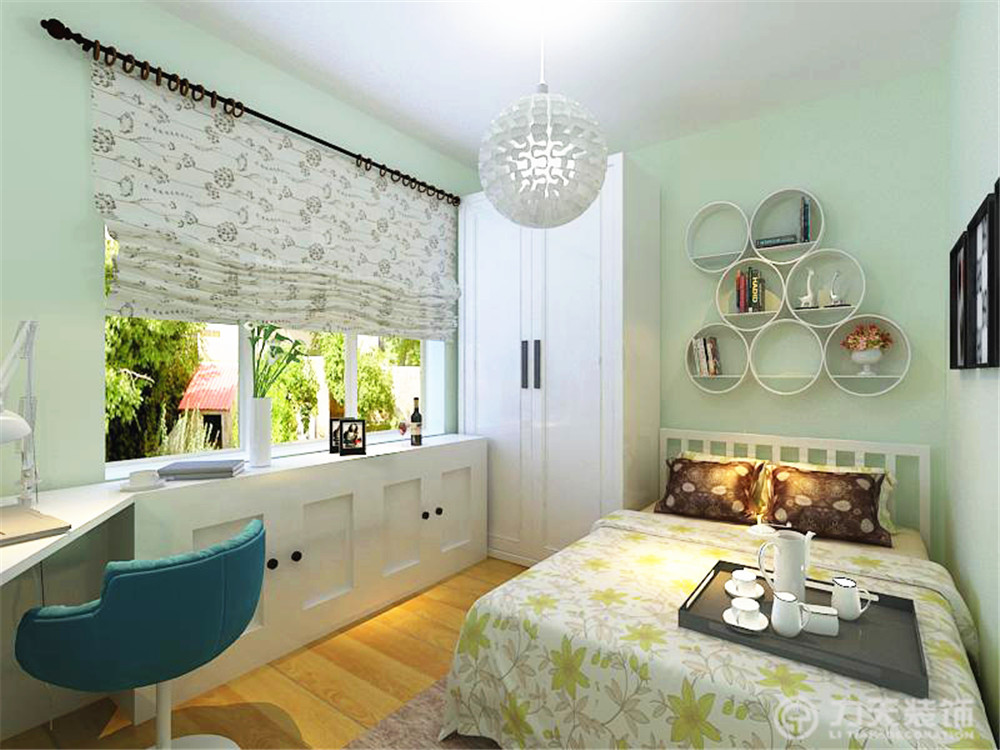 主卧的床头背景墙是用连体柜子为主,墙体是以淡绿色为图片