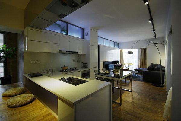 开放式的厨房与客厅连在一起。