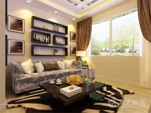 沙发背景墙采用了对称形状的方形储物架,配以装饰画,丰富了墙面的装饰,也起到了一定的储物功能。沙发主色调为灰色以及米黄色,显得温馨时尚。同时回字形吊顶的设计实现了分割空间的效果。
