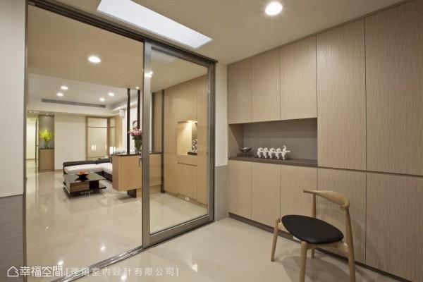 顾及活动安全性,空间串联以无障碍方式进行,辅以全热交换设备让狭长型居家环境,永保于最佳状态。