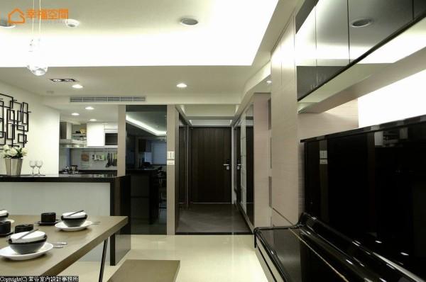 常谷设计拉大厨房空间,缩小原有玄关旁的卧房尺度改以储藏室规划,放大明亮玄关空间。
