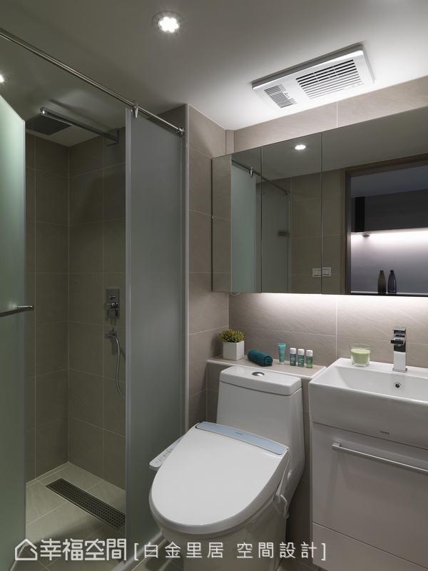 在不动格局前提下,透过功能重新布局与镜柜放大空间视感,而活动式吊衣拉绳设计,多功能演绎空间可能。