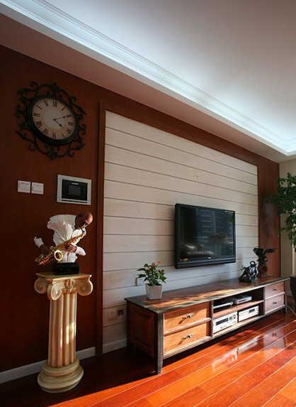 电视背景墙的横条纹在变化中展现简洁。