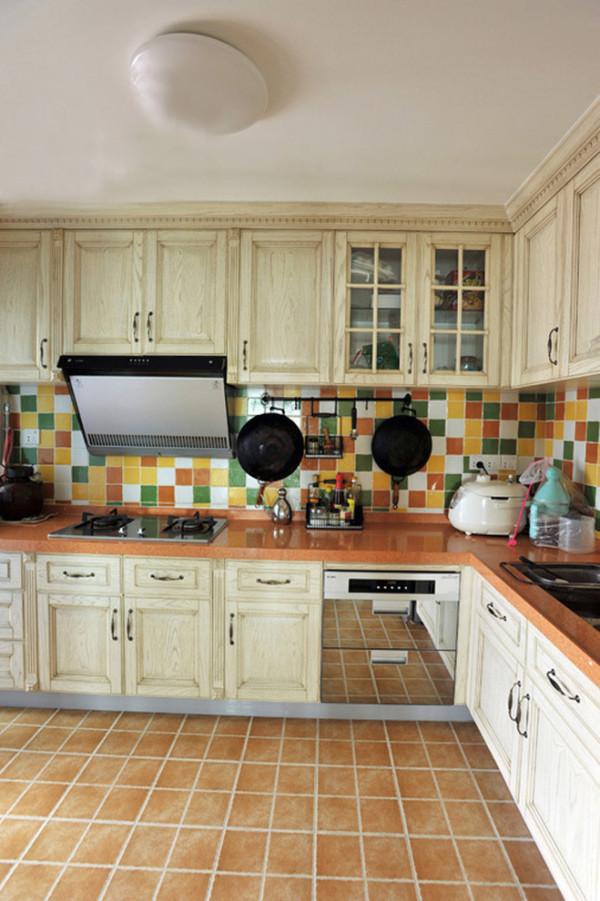 厨房的收纳柜众多,统一采取做旧处理,橱柜面板看上去历经风吹雨打,透露出沧桑感。褐色的仿古地砖进一步加深了这种印象。