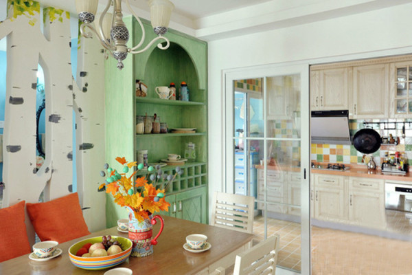 匹配客厅的田园风,餐厅家具的挑选也偏于乡村式的清新风格,例如怀旧的欧式吊灯,朴实的木质餐桌椅