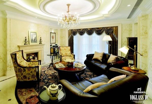 带有浅米色凤凰图案的墙纸给整体客厅增色不少,中式漆画为主的装饰柜和以舒适著称的现代沙发放在一起,中西结合却不失优雅,以其精致优雅的姿态也体现出主人对生活的态度。