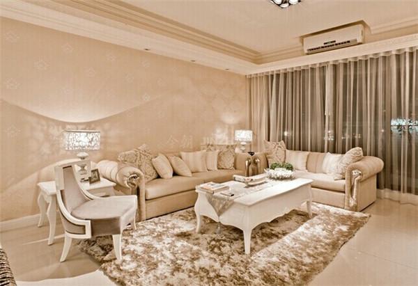 这个客厅大量使用碎花图案的各种布艺和挂饰,欧式家具华丽的轮廓与精美的吊灯相得益彰。