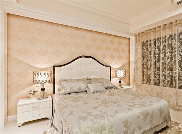 韩式家居的卧室布置较为温馨,作为主人的私密空间,主要以功能性和实用舒适为考虑的重点,一般的卧室不设顶灯,多用温馨柔软的成套布艺来装点,同时在软装和用色上非常统一。