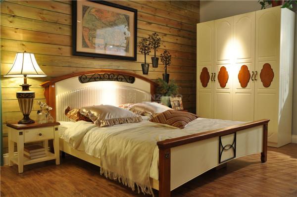 欧式田园风格的特点主要在于家具的洗白处理及大胆的配色。