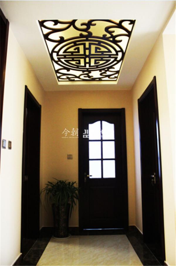 吊顶灯光映射无穷魅力,葡萄色的木门给以稳重的心态。