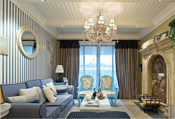 运用了代表地中海风情的蔚蓝和纯白色。家具尽量采用低彩度、线条简单的木质家具,沙发及抱枕的布料采用了蓝白相间的条形图案,与整个居室的氛围相得益彰。