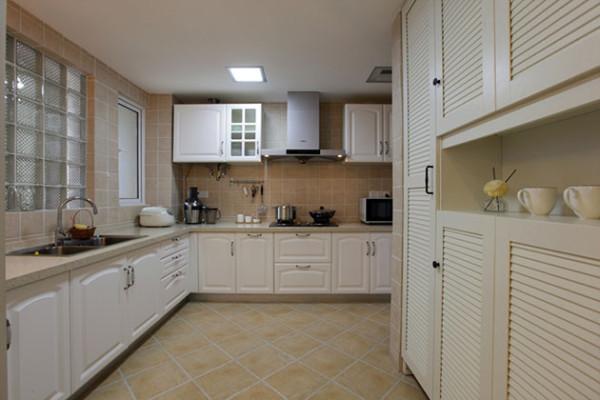 选用开放式厨房,增加厨房面积,大量的储物柜可归置各种物品。