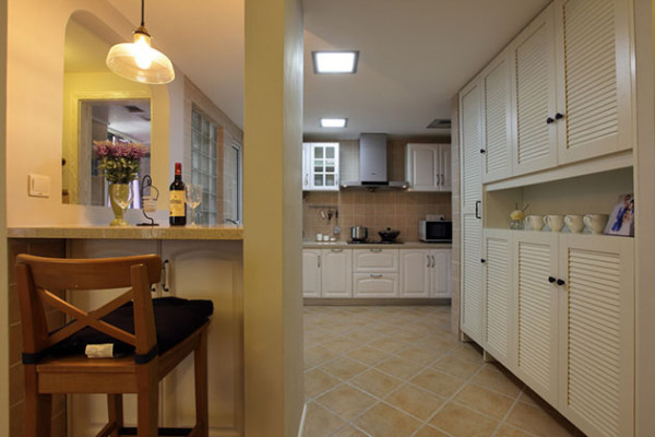 包柱设计简易吧台区,和厨房连通,整体简单利落。