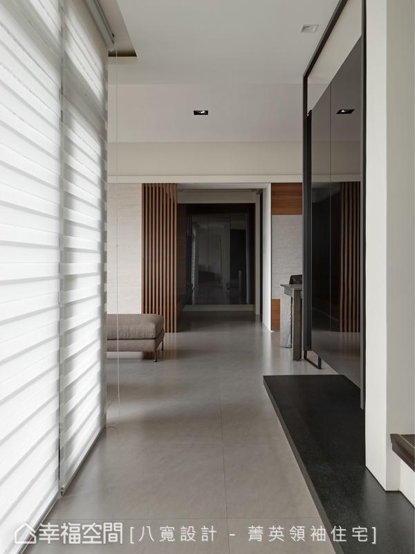 刻意内缩的客卫不仅缩减墙线压迫,亦同时赋予黑色烤漆玻璃收纳柜体。