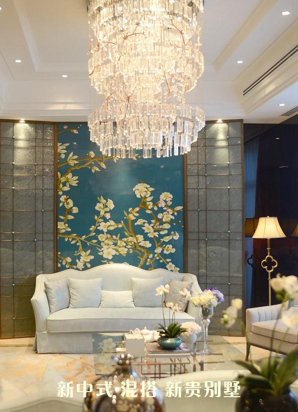 在这里,空间得到了高效的运用,宽敞明亮的客厅与休闲区连成一片,一个个巧妙的门框可以连接中、西餐厅与家庭室,建筑上大面积落地窗的应用,可以将中间庭院的绿色尽收眼底