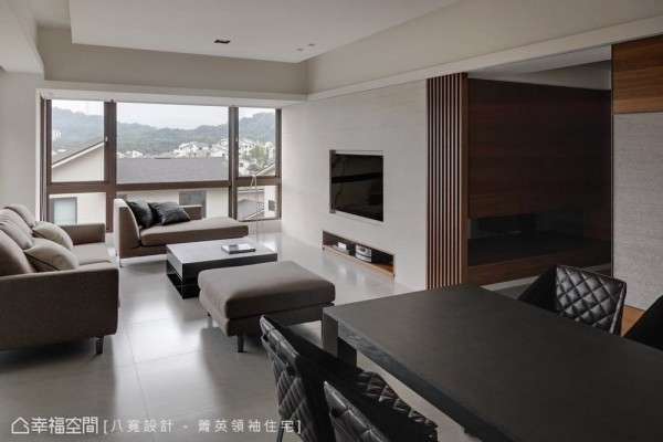 实木格栅的光影穿透,界定了玄关与客厅的存在也有着视角开阔转折。
