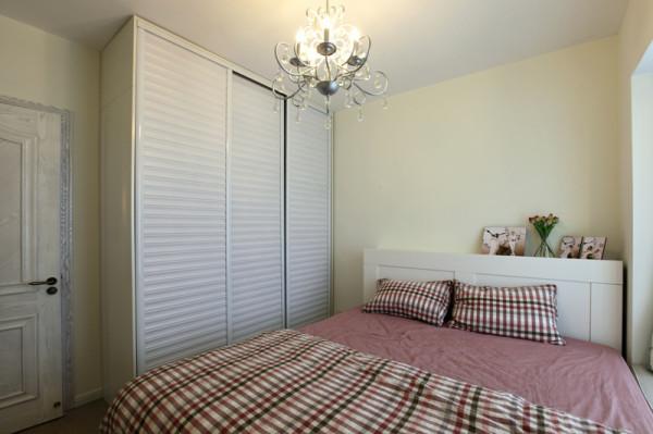 格子条纹与客厅、餐厅的配饰相呼应,床头上设有平台以方便放东西在上面。