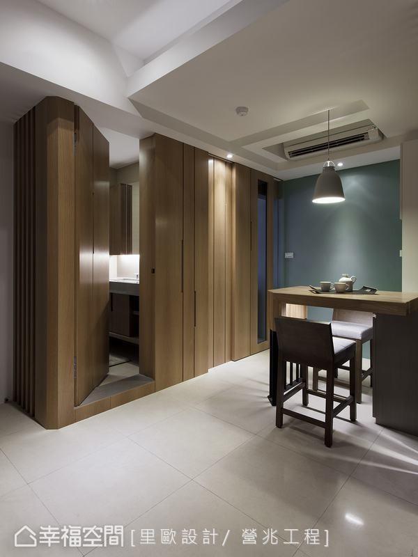 纳入立面主题整体考虑,巧藏客用卫浴暗门设计。