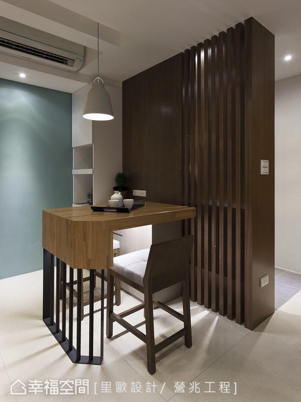 在订制餐桌椅中导入铁件、实木,拿捏专属于此的机能表情。