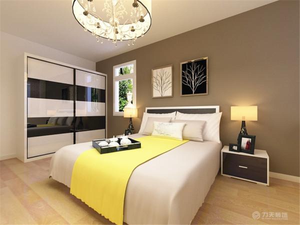 床头背景墙为咖啡色,浅色的床品冲淡深色带来的压抑感,床单上的明黄色可以有效打破黑白灰带来的平淡感,丰富了色彩。