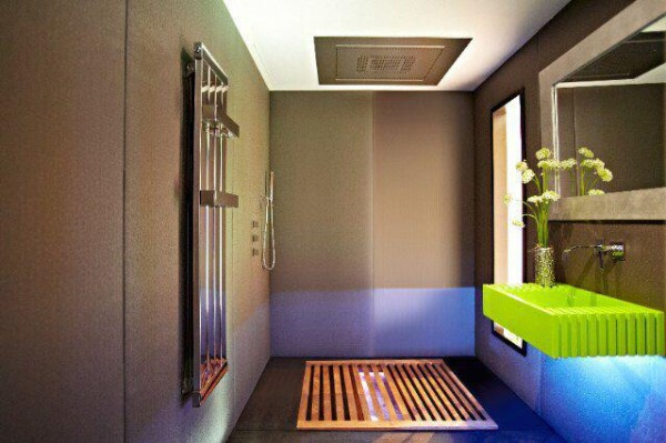 进入浴室,推开木质隔板,是下沉式的浴缸。整个空间充满了设计感,家具配饰现代感十足。