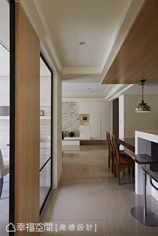 天花板的木纹巧妙和走道墙面呼应,也在铝框拉门旁营造出温润的视觉效果。