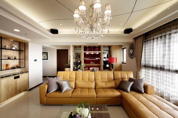 142平现代简欧混搭雅居,客厅经过设计师的经心设计为开放式阅读区,整个空间中黄色的沙发,为整个设计起到了提亮点缀的效果,让整个空间更活泼。