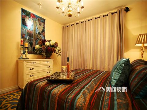 在室内,窗帘、桌巾、沙发套、灯罩等均以低彩度色调和棉织品为主。素雅的小细花条纹格子图案是主要风格。
