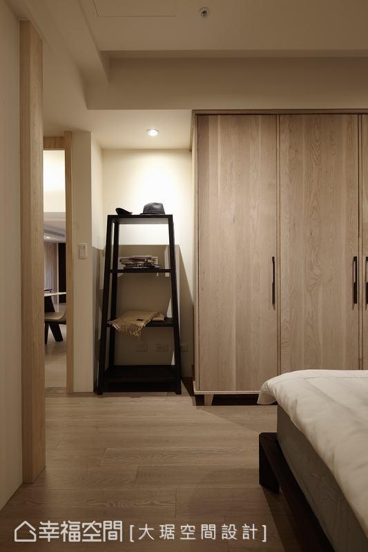 足够的衣柜量体,搭以入门置物架增加可随手摆放空间。