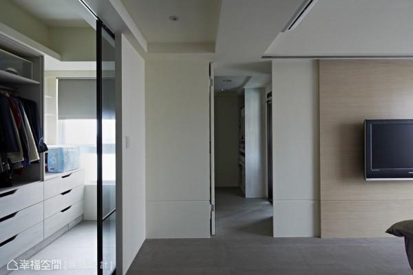 打通两间卧房,隔成双更衣室的格局,使换季衣物及棉被都有充足的空间收纳。