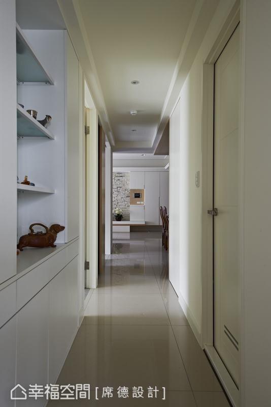 客房空间分割出四十公分给走道当作展示柜,下方则用以收纳宠物用品。